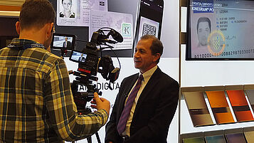 New business development expert John Peters presents KINEGRAM DIGITAL SEAL on TV.